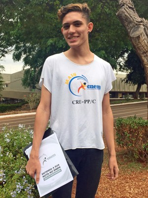 Guilherme Amorim revisa apostila sobre guia do estudante (Foto: Jéssica Nascimento / G1)