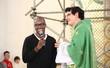 Thiaguinho visita padre Manzotti: 'Sempre uma honra orar contigo'