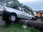 Motorista perde controle do carro, sai da pista e atinge Adutora do Pajeú