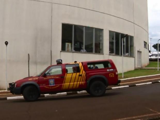 Trabalho dos bombeiros para conter o princípio de incêndio em um shopping de Foz do Iguaçu (PR) (Foto: Reprodução / RPC)
