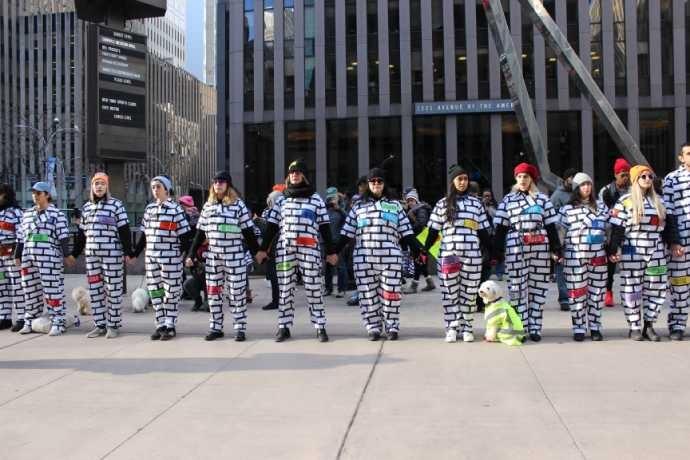 As ativistas do Brick by Brick de mãos dadas pelas ruas de Manhattan (Foto: Larissa Gomes)