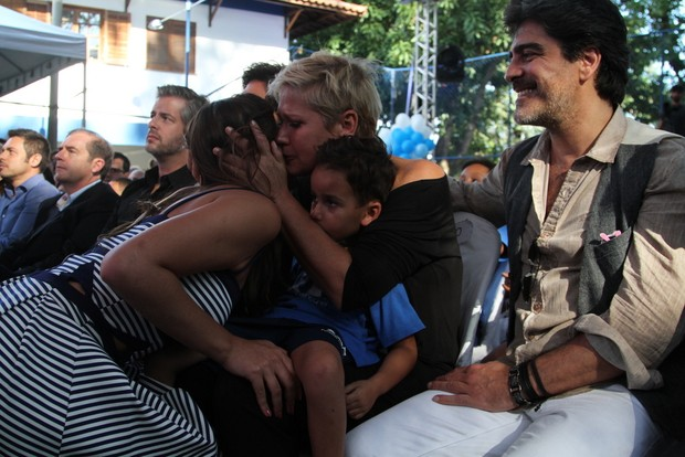 Xuxa chorando no evento da Fundação Xuxa Meneghel (Foto: Anderson Borde  / Agnews)