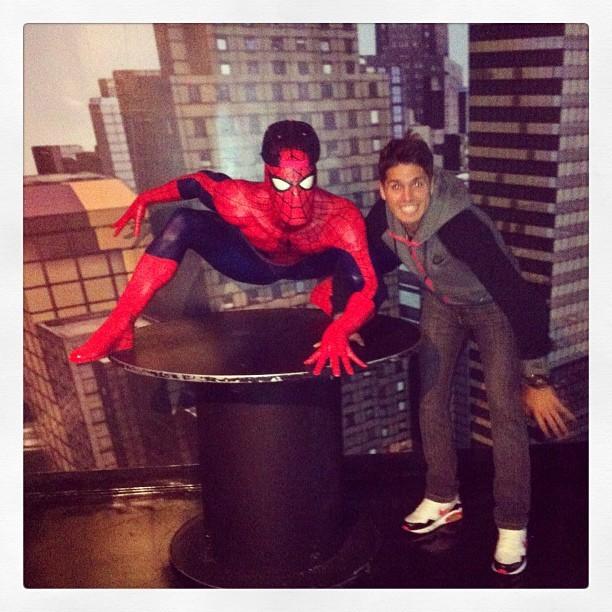 Patito Rodriguez ao lado do Homem-Aranha (Foto: Reprodução  / Instagram)