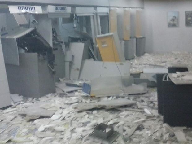Caixas eletrônicos de uma agência bancária foi explodida na cidade de Soledade (Foto: José Eufrázio de Lima / Polícia Militar)