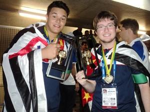 Guilherme Vale dos Santos e Lucas de Sousa Rodrigues, campeões gerais da OC 2014 (Foto: Luís Otávio Pires)