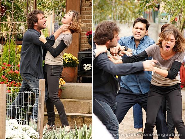 Fabinho tenta esganar Amora e Érico chega para apartar os dois (Foto: Ellen Soares/TV Globo)