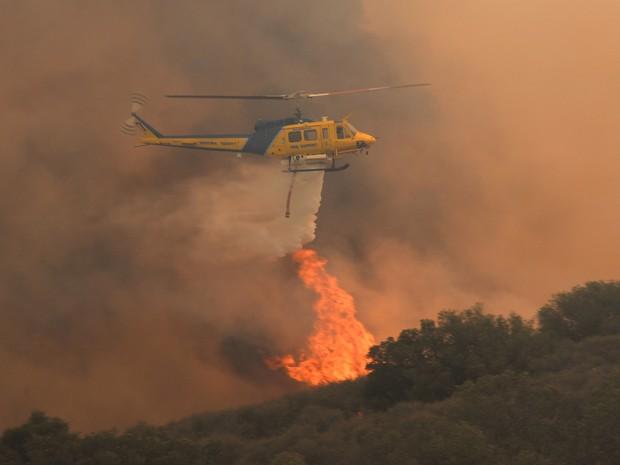 Oito helicópteros e seis aviões estão sendo usados no combate às chamas na Califórnia nesta sexta-feira (3). (Foto: Kevork Djansezian / Getty Images / AFP)