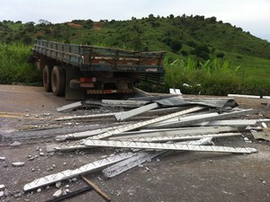O caminhão tinha placa de Valadares e carregava vigas para a construção de laje. (Foto: Diego Souza/G1)
