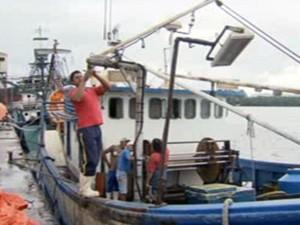 Embarcação pesqueira 'Quebra Mar' (Foto: Reprodução/TV Tribuna)