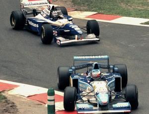 Michael Schumacher ultrapassa Damon Hill para conquistar uma das vitórias mais impressionantes da carreira, no GP da Bélgica de 1995 (Foto: Getty Images)