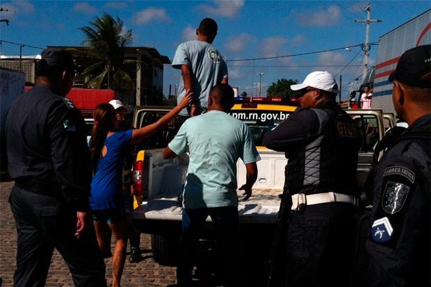 Presos se entregaram e foram conduzidos à delegacia (Foto: Rafael Barbosa/G1)