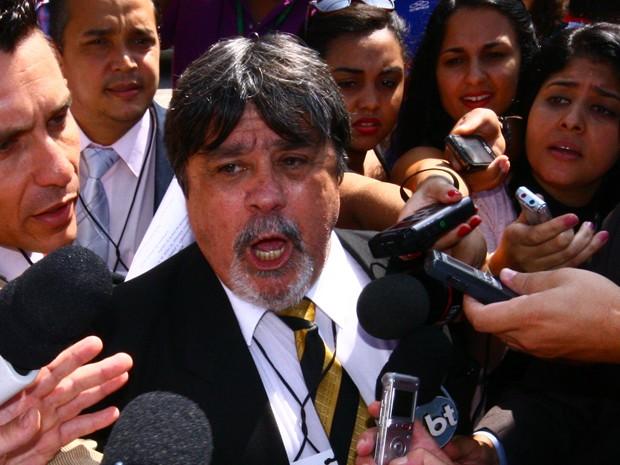 Novo advogado de Bruno Lúcio Adolfo da Silva fala com imprensa do lado de fora do Fórum de Contagem (Foto: Maurício Vieira / G1)