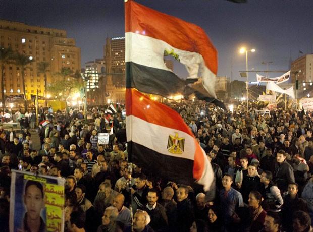 Opositores protestam na praça Tahrir, nesta terça, contra o projeto de Constituição (Foto: Nasser Nasser/AP)