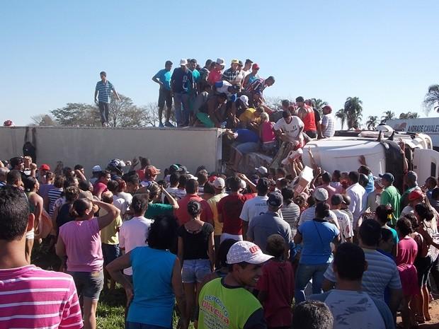 Cerca de 300 pessoas saquearam caminhão de carne em Penápolis  (Foto: Rafael Machi / Diário de Penápolis)