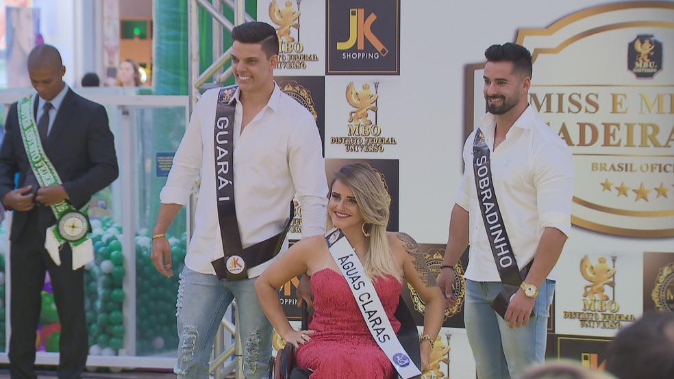 Candidata a Miss Cadeirante se apresenta em desfile (Foto: TV Globo/Reprodução)