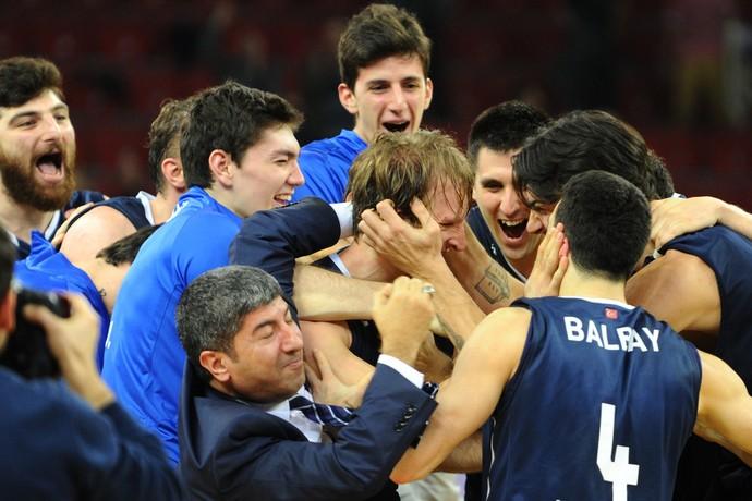 basquete - jogadores do Anadolu Efes comemora com Zoran Planinic (Foto: AFP)