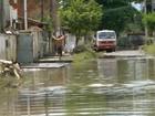 Moradores de São Gonçalo, RJ, sofrem com lama e estragos da chuva