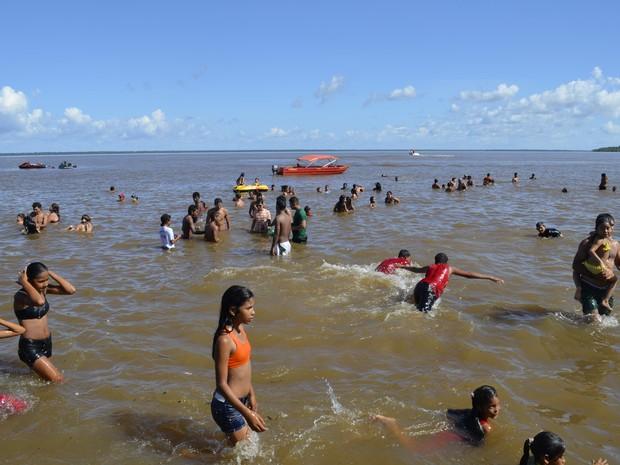 Lancha do Corpo de Bombeiros monitora até onde os banhistas podem nadar (Foto: Maiara Pires/G1)
