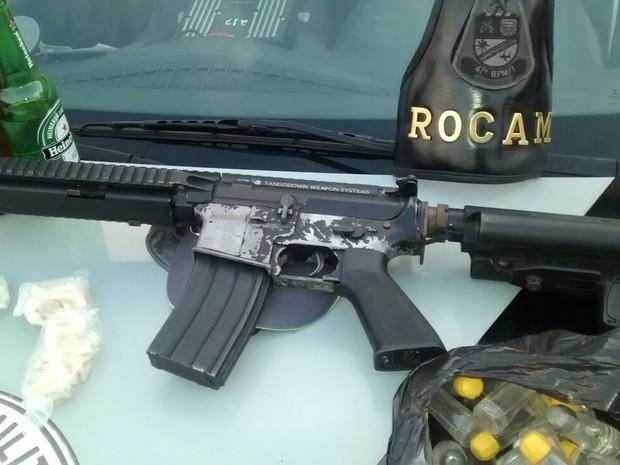 Homens são apreendidos com réplica de fuzil em Campinas (SP) (Foto: Polícia Militar)
