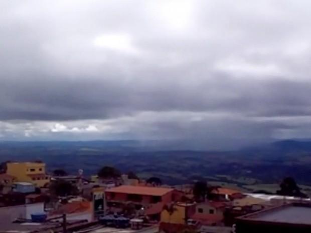 Som estranho no céu de São Tomé das Letras intriga moradores da cidade (Foto: Reprodução EPTV)