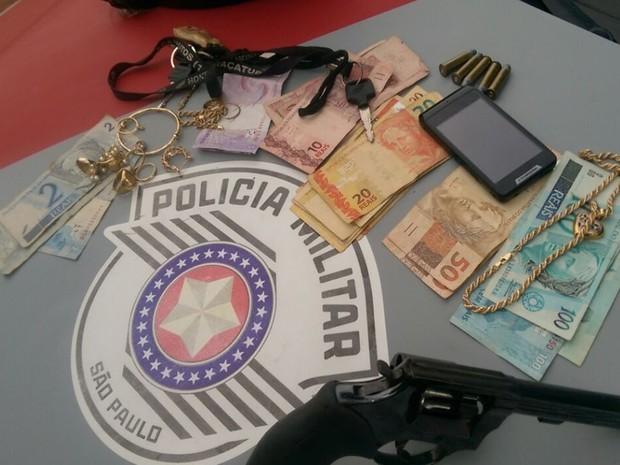 Objetos roubados foram recuperados e devolvidos à dona (Foto: Divulgação / Polícia Militar)