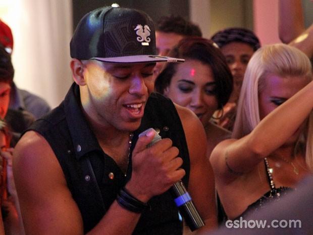 MC Koringa coloca todo mundo para dançar na festa (Foto: Carol Caminha/TV Globo)