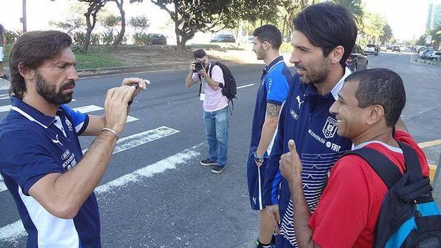 Pirlo tira foto de Buffon com torcedor (Foto: Reprodução / Facebook)