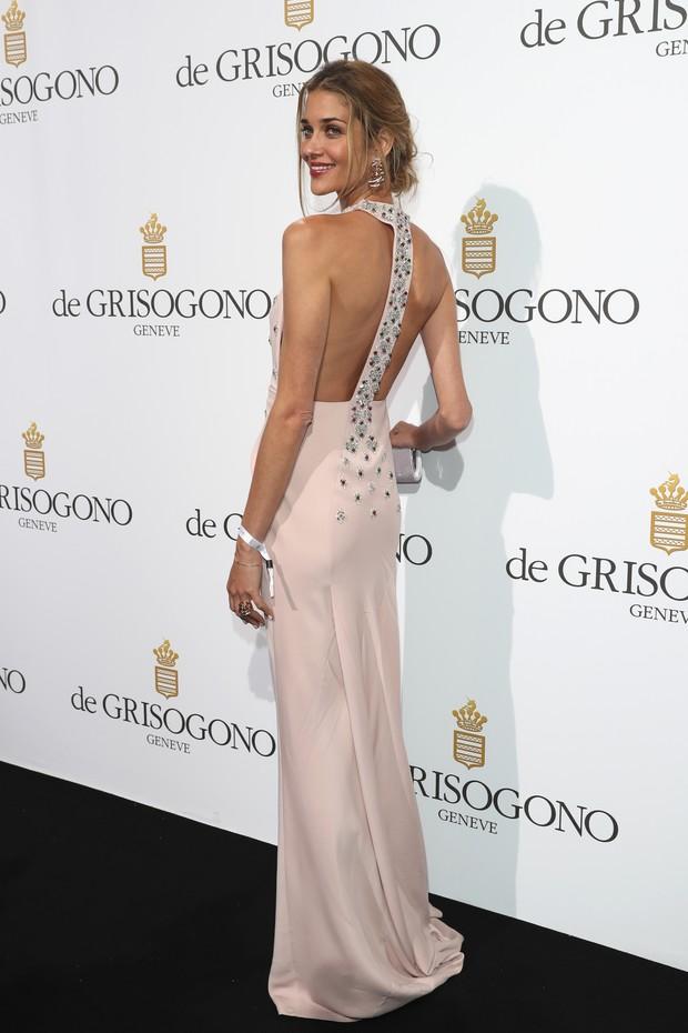 A modelo brasileira Ana Beatriz Barros postou em decote profundo em festa vip em Cannes, na França (Foto: Getty Image)