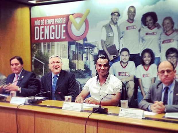 Da esq., secretário Jarbas Barbosa, ministro Alexandre Padilha e ex-jogador Cafu participam do lançamento da campanha contra a dengue de 2013/2014 (Foto: Reprodução/Twitter/Ministério da Saúde)