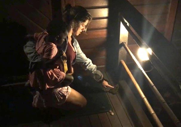 Giovanna Ewbank toca em sapo para mostrar à filha que ele não tem perigo. Fofa! (Foto: Reprodução/Youtube)