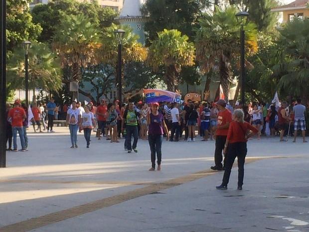 Manifestantes contra Michel Temer participam de ato na Praça Luíza Távora, em Fortaleza (Foto: TV Verdes Mares/Reprodução)