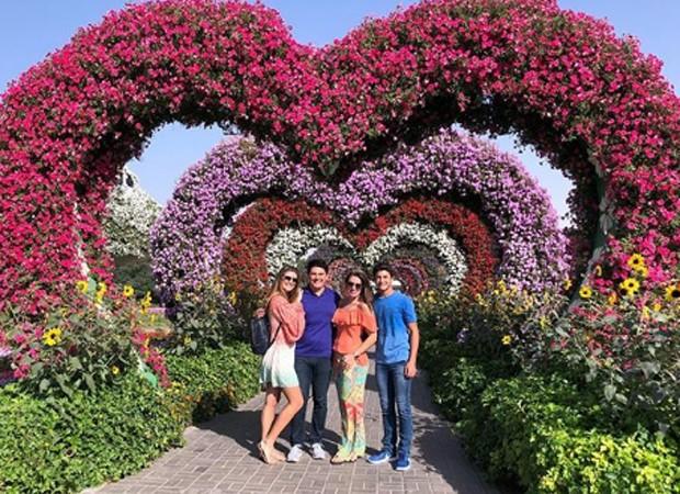 Família posa no Dubai Miracle Garden (Foto: Reprodução/Instagram)