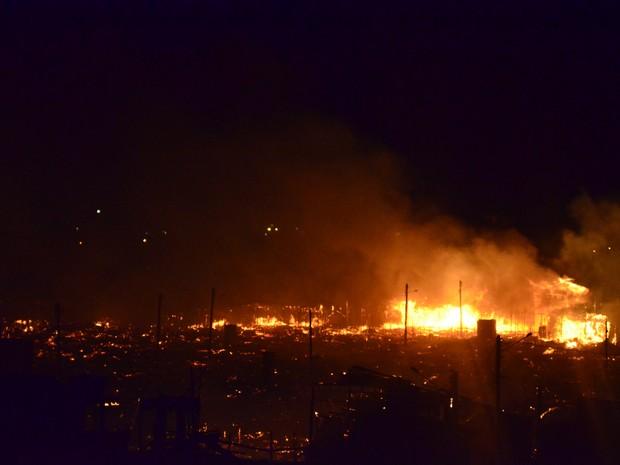 Incêndio tomou proporções enormes (Foto: Abinoan Santiago/G1)