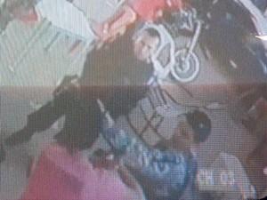 Momento em que um policial agride um rapaz (Foto: Reprodução/TV Tapajós)
