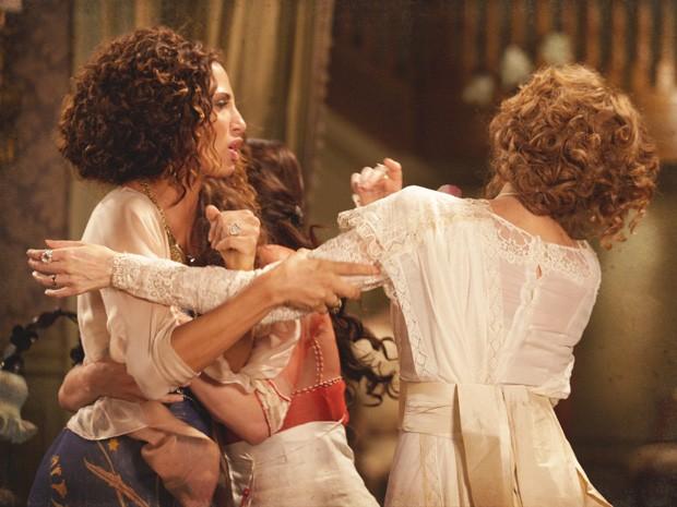 Isabel bate em Constância, mas Laura tenta separar as duas (Foto: Lado a Lado/TV Globo)