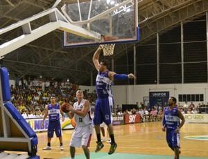 Ala Dragovic tenta subir para a cesta (Foto: Juscelino Filho/Globoesporte.com)