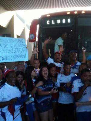 torcida do bahia recebe time no aeroporto (Foto: Thiago Pereira/Globoesporte.com)
