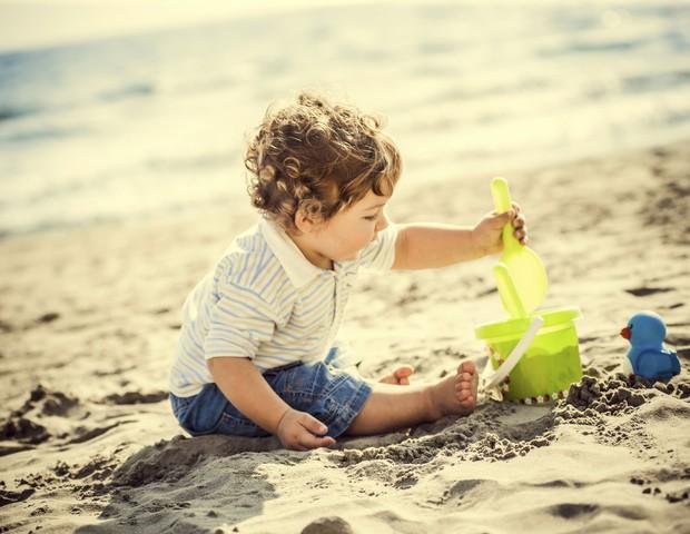 bebê; praia; baldinho; brinquedos; areia; menino (Foto: Thinkstock)
