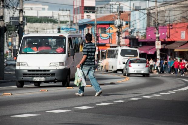 Pedestre atravessa fora da faixa na avenida Marechal Tito, na zona leste de São Paulo (Foto: Marcelo Brandt/G1)