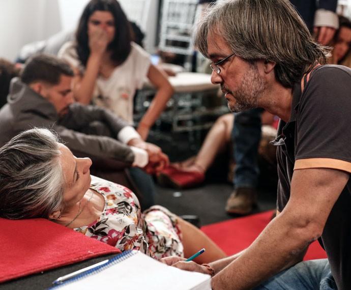 Paulo Silvestrini ajuda Cassia Kis durante cena trágica (Foto: Ellen Soares/Gshow)
