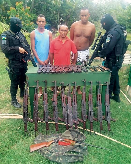 Fuzis que foram roubados de base militar na Bolívia e foram apreendidos em Rondônia  (Foto: SESDEC)