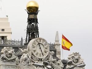 Bandeira espanhola é vista no prédio do Banco da Espanha, nesta sexta (8) (Foto: Reuters)