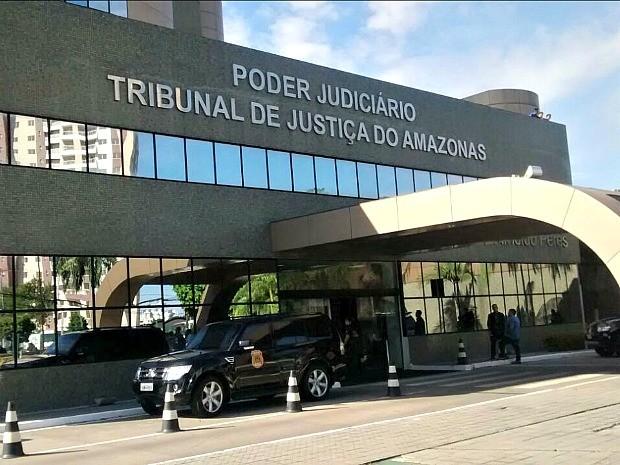 Mandados estão sendo cumpridos no Edifício Desembargador Arnoldo Peres, em Manaus (Foto: Suelen Gonçalves/ G1 AM)