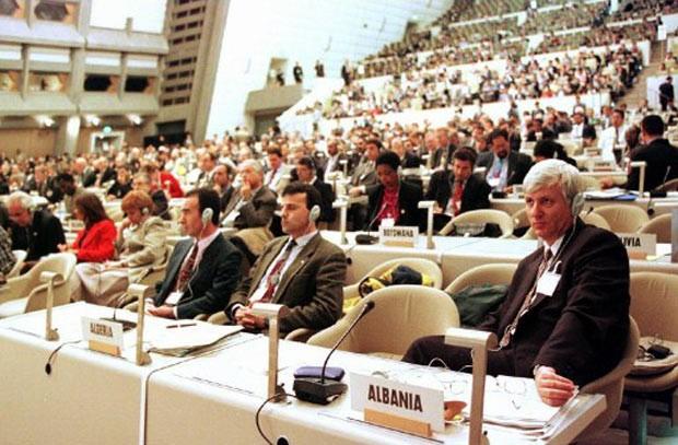 Delegados participam da conferência das Nações Unidas sobre mudança climática em Kyoto, no Japão, em 1997. Foi lá que nasceu o protocolo que vigora até hoje. (Foto: Toru Yamanaka/AFP)