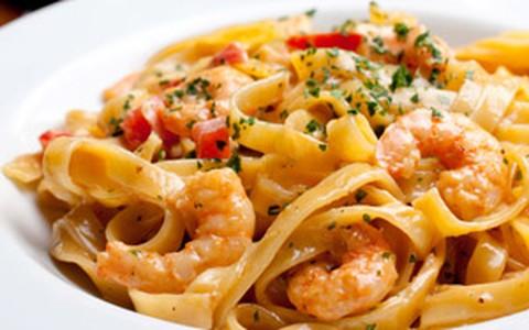 Tagliatelle com camarão, tomate e espumante