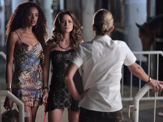 Sheila chega para ajudar Morena e carrega a amiga para longe (Foto: Salve Jorge/TV Globo)