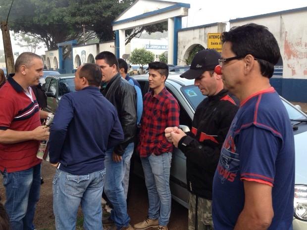 Guardas municipais de folga se reuniram em frente à sede da corporação em Foz do Iguaçu para protestar na manhã desta terça-feira (31) (Foto: Caio Vasques / RPC)