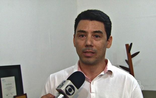 Técnico em eletricidade Edlailson Pimentel mostra como economizar no consumo de energia (Foto: Bom Dia Amazônia)