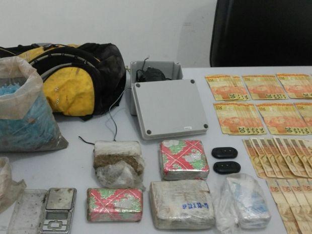 Drogas e dinheiro foram apreendidos (Foto: Divulgação / Marília Notícias)