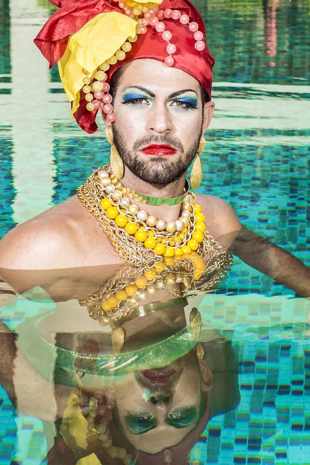 Bruno Miranda aceitou o desafio de posar como Carmen Miranda para celebrar a diversidade sexual do Carnaval (Foto: Foto: Jorge Badaue)
